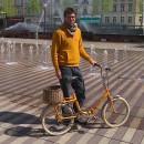 Portrait en vélo jaune